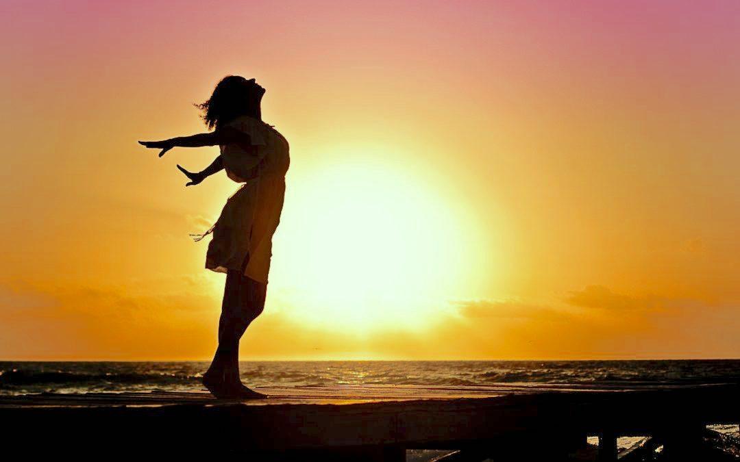 Silhouette di donna che respira in riva al mare